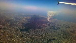 Markbränder i Aten. Yle Nyheters reporter Johnny Sjöblom fotograferade bränderna från ett flygplan cirka klockan 13.