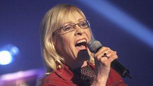 Taiska esiintymässä vuonna 2005 Leikin varjolla -nimisessä ohjelmassa.