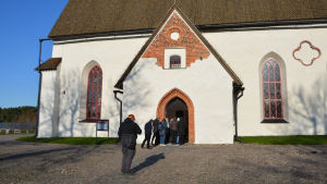 Flera personer går in genom dörren till Borgå domkyrka.