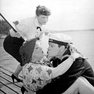 Matruusi Taivainen suutelee Paula Sanelmaa neiti Zupkopfin silmien alla.