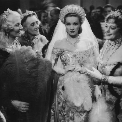 Marlene Dietrich Katariina suurena elokuvassa Intohimojen keisarinna