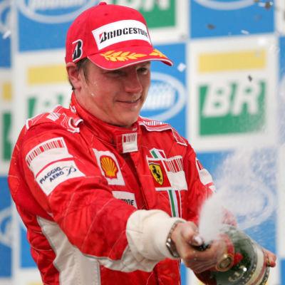 Kimi Räikkönen firar seger och världsmästerskapet i Brasilien 2007.