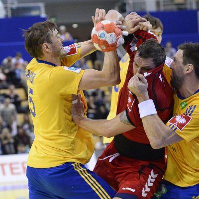 Alexander Pyshkin i kamp om bollen med Magnus Jernemyr och Jonas Larholm
