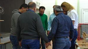 Asylsökande i raseborg ber tillsammans i Betesdaförsamlingen.