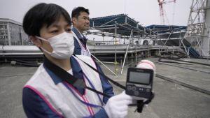 En kinesisk man mäter radioaktivitet.