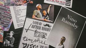 Affischer som gör reklam för olika artisters spelningar.