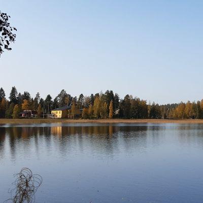 Leirikeskus järven rannalla