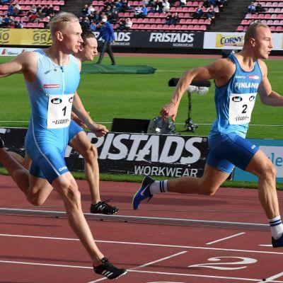 Viljami Kaasalainen och Samuli Samuelsson löper i mål på 100 meter.