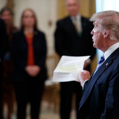 Trump vastaa kysymyksiin Valkoisessa talossa.