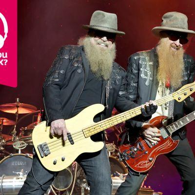 Dusty Hill och Billy Gibbons i ZZ Top spelar bas respektive gitarr bredvid varann på scenen.