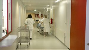 Sjukskötare i en sjukhuskorridor