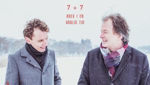 """Juha Itkonen och Kjell Westö i ett vintrigt Helsingfors på pärmen till duons bok """"7 + 7. Brev i en orolig tid""""."""
