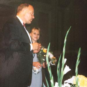 Suomen suurlähettiläs Pekka Huhtaniemi ja pianotaiteilija Laura Mikkola Geneven konservatoriossa Laura Mikkolan konsertin jälkeen vuonna 1999. Kuvaaja tuntematon.