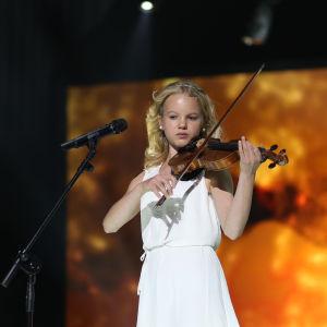 """Saga uppträder med sin låt """"Hand i hand"""" under finaldagens av MGP 2016."""