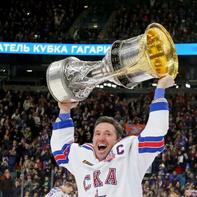 Ilja Kovaltjuk lyfter KHL-pokalen.
