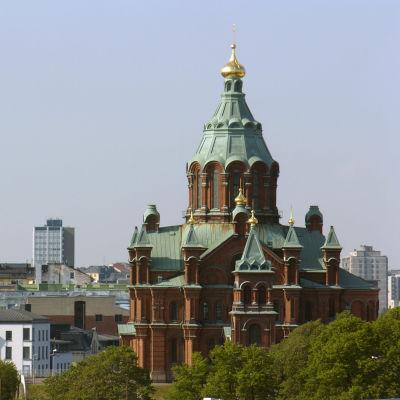 Uspenskin katedraali kohoaa Helsingissä Katajanokalla.