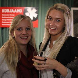 """Konsulenten Sofie Rydman, 20, och Linda Ahlqvist, 20, som studerar turism är här för att lyssna på Ronya. Ronya är en av deras bästa vänner. """"Vi har känt henne sen gymnasiet. Herregud, det är fem år sen! Usch!"""" Åldersångest redan?"""