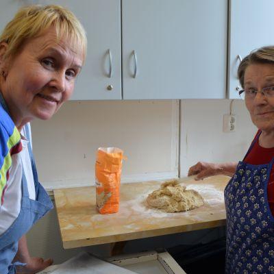 Anna Mäki-Paavola ja Pirkko Hietikko naurisleipää leipomassa.