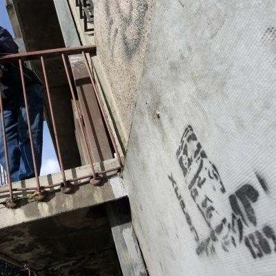 Ratko Mladicia esittäviä graffiteja löytyy yhä talojen seiniltä Belgradissa.
