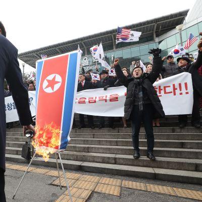 Mielenosoittaja sytytti Pohjois-Korean lipun Soulissa.