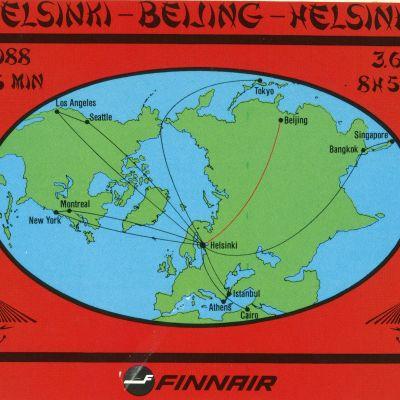 Kuvassa Finnairin mainospostikortti, jossa on maapallon kartta. Siihen on viivat Finnairin lentoreittejä kuvaavat viivat.