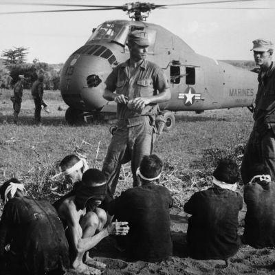 Yhdysvaltain armeijan sotilaita ja vietnamilaisia vietcong vankeja.