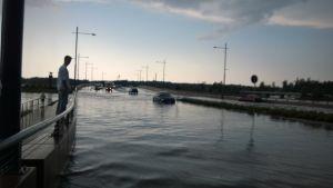 Trafikstopp då Vasklotbron översvämmades av regnmassorna.