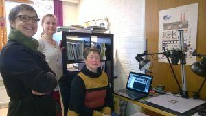 Siiri Oinonen (mitterst på bilden) från Albumit Auki lär här de intresserade hur man digitaliserar fotona och lägger in dem i nättjänsten.  På bilden ses också Gunilla Lindholm och Ette Berglund.