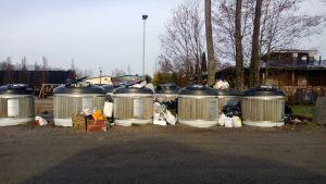 Överfulla avfallskärl i Nagu.