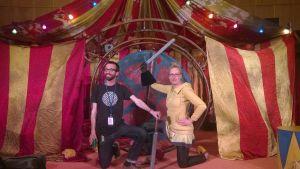 Olin och Abrahamsson framför Hamlet-föreställningens scenografi.