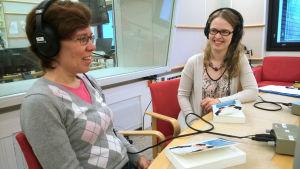 Tutkijat Hanna Lappalainen ja Johanna Isosävi radiohaastattelussa.