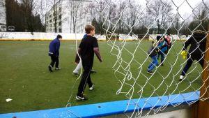 Neljäsluokkalaiset pelaavat välitunnilla kaikkein mieluiten jalkapalloa