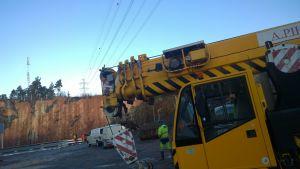 Lyftkranen som snuddade vid kraftledning förorsakade stort elavbrott i Åboregionen