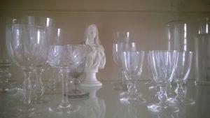 Kristallglas och en vit madonnaskulptur.