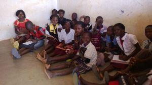 Elever saknar pulpeter i skola i Cabo Delgado provinsen i Moçambique.
