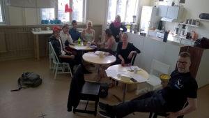 Arbetsgruppen för Raseborg Pride har möte. Från vänster: Isak Slöör, Emil Thuesen, Teemu Björkqvist, Isabelle Hyytiäinen, Emilie Jäntti, Malin Valtonen, Sofia Haglund och Kjell Wikström.