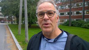 Göran Björk utanför stadssjukhuset i Vasa.