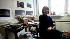 Marja Helander på sitt arbetsrum.
