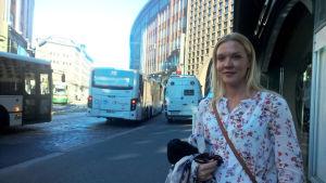 Johanna Holmström ångrar att hon inte försvarade sin roman.