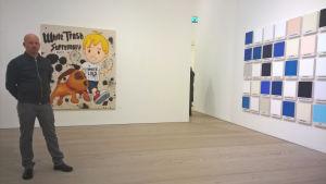 Konstnären Riiko Sakkinen framför sina verk White Trash Supremacy och till höger Monochrome.