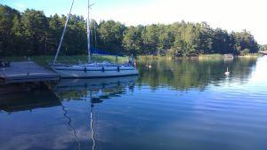 En segelbåt förtöjd vi en brygga