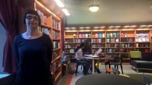Lena Séraphin på Richardsgatans bibliotek.