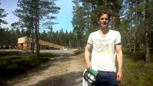 Skådespelaren Martin Bahne före den andra föreställningen av Okänd soldat i Harparskog.