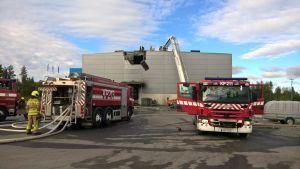 Brand i en industrihall i Jakobstad.