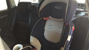 Lasten turvaistuin autossa.