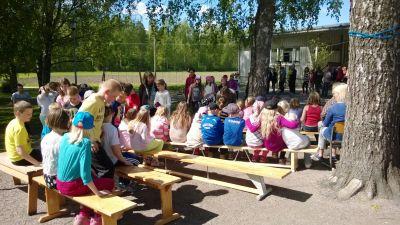 Sannäs skola firar vårfest ute.