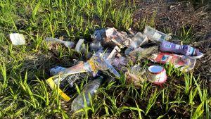 Fiskelina och annat plastskräp ligger på en strand.