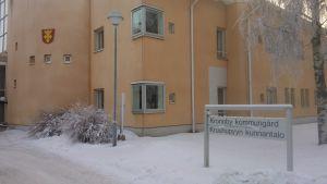 Kronoby kommungård i vinterskrud.