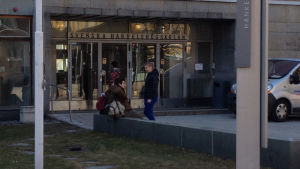 Studerande utanför Hanken i Helsingfors
