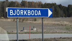 Skylten visar vägen till Björkboda